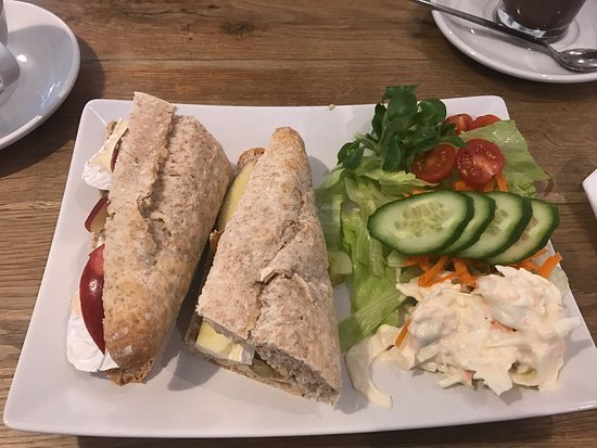 The ArtHouse Cafe, Deli and Gallery: Brie, Apple and Walnut deli sandwich.   Very nice !!!!!