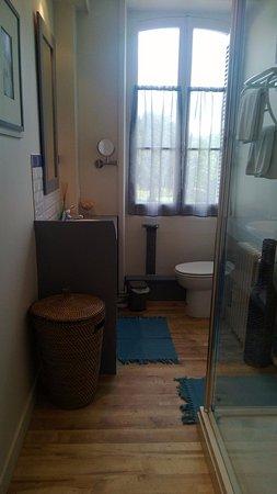 Salle de bain attenante la Chambre Romantic, avec deux vasques, une ...