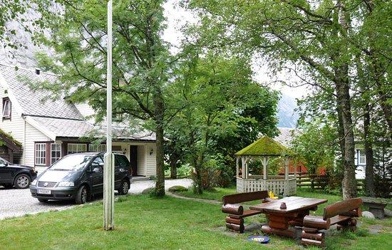 Sogn og Fjordane, Νορβηγία: Уютная территория рядом с основным зданием гостевого дома