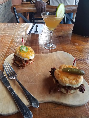 ‪‪Lockport‬, نيويورك: pulled pork on cheddar cheese biscuits and candy apple martini‬
