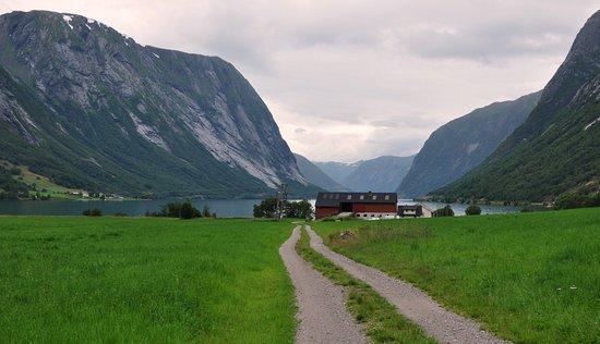 Sogn og Fjordane, Norway: Можно прогуляться от гостевого к озеру