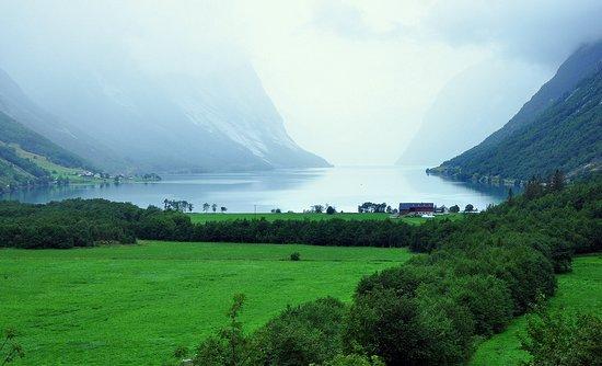 Sogn og Fjordane, Norway: Вид на закате из нашего номера забыть невозможно!