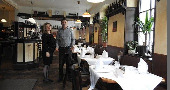 Neu-Ulm, Allemagne : Blick in die Taverne - Chefin Litsa (Service) und Chef Fotis (Koch)