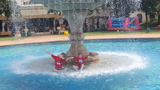 เคมพ์ตันพาร์ก, แอฟริกาใต้: D'Oreale Grande pool fountain