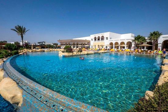 Medina Belisaire & Thalasso: Vue générale de l'hôtel côté grande piscine extérieure
