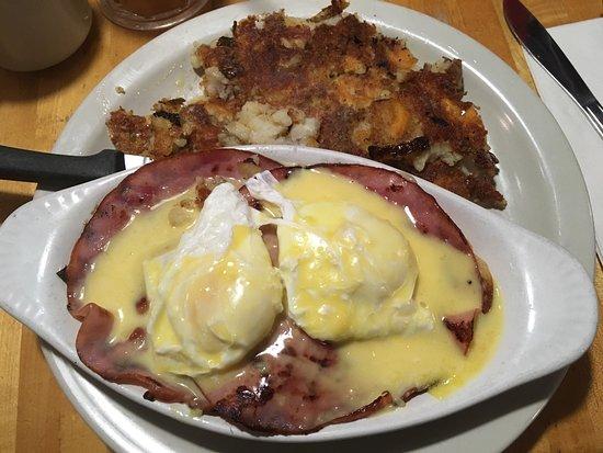 Main Street Bistro: Eggs Benedict.. perfection!!