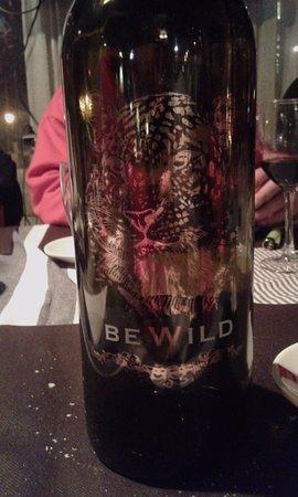 Llivia, Spanien: El botellon de vino de la cena!
