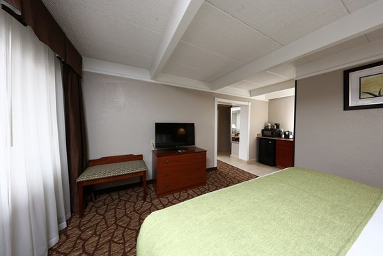 Best Western Hospitality Hotel & Suites: Our king suite is big enough for the whole family.