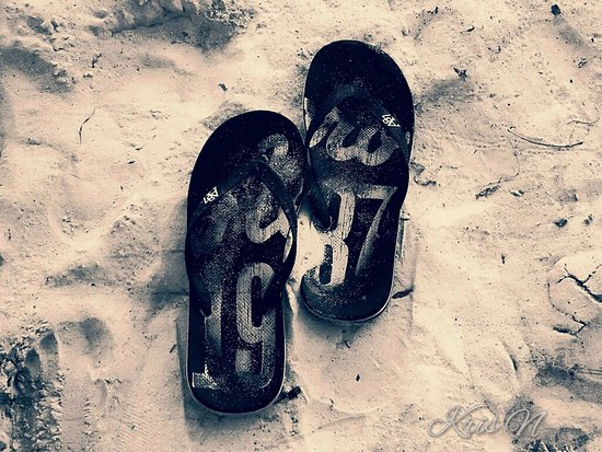 Glan, Filipiny: Took my slippers off to feel the powdery white sand in Gumasa