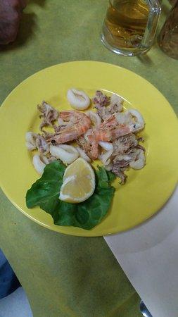 Marina di Cecina, Italië: Frittura mista, venduta come secondo piatto a € 12,00 per un pugno di pesce. Vergognoso