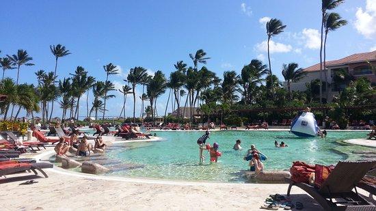 NH Punta Cana: Piscina do Now laurimar que tem-se acesso pelo NH Hotel