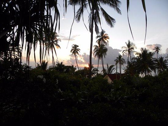 Bellevue Guesthouse: Sunset vanaf onze kamer over de tuin naar zee
