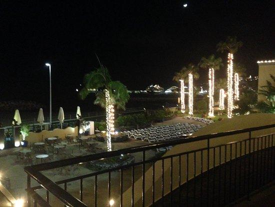Porto Santa Maria Hotel: The garden at night from our balcony