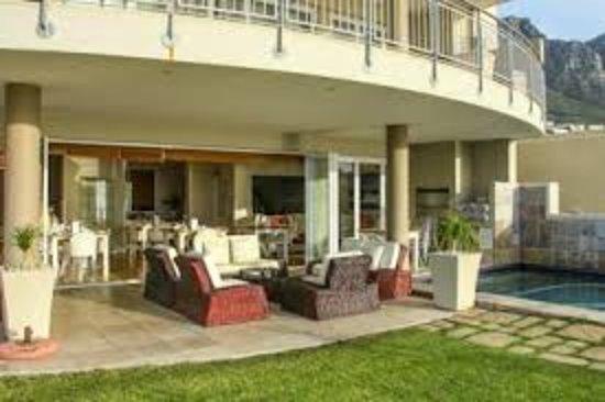 3 On Camps Bay Boutique Hotel: zonneterras met klein zwembad