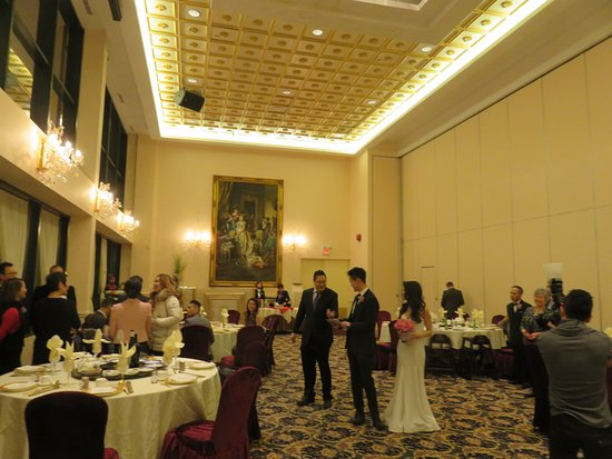 Richmond Hill, Canada: Part of high ceiling, bright and spacious dining room