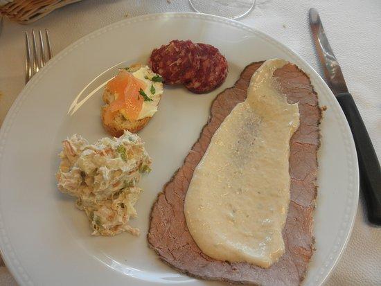 Oulx, Italy: Vitello tonnato, insalata russa, crostino con salmone, salame