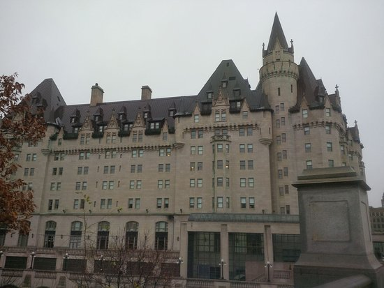 Zoe's Lounge: Hotel Fairmont Chateau Laurier by day