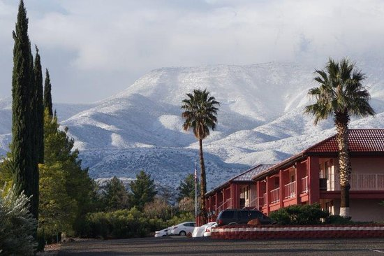 Cottonwood, AZ: Hotel with mountains behind