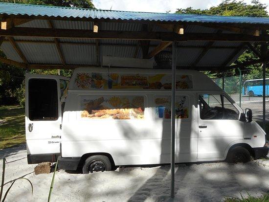 Port Glaud, Seychelles: Η καντίνα απέναντι από το πάρκινγκ της παραλίας.