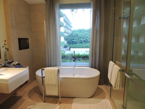 The Oberoi, Gurgaon: luxurious bath