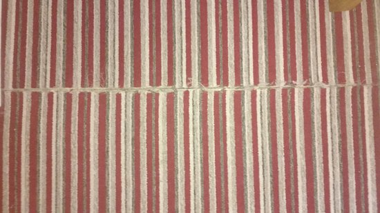 Aron Guest House : threadbare carpet