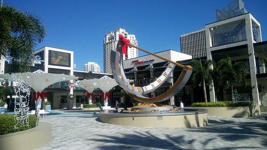 Sundial St. Pete: Un gigantesco reloj de sol domina la escena del complejo.