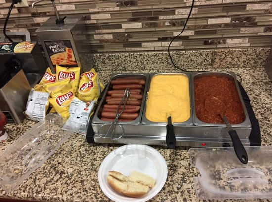 Quincy, Илинойс: Chili Dogs for Happy Hour on Wednesday's