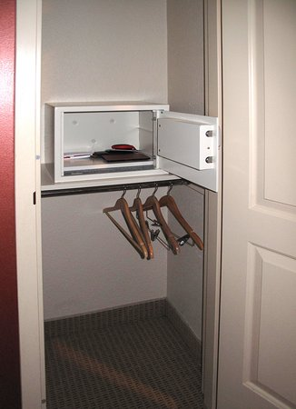 Embassy Suites By Hilton Sacramento   Riverfront Promenade: Room 736    Closet W/ Safe