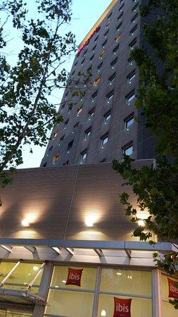 Ibis Santiago Providencia: Fachada do hotel.