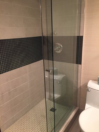 Ramada Plaza Calgary Downtown: Newly Renovated Bathroom