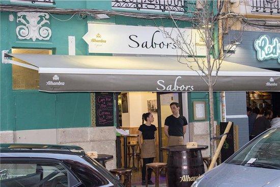 Foto de Sabors, Valencia: Mesas montadas , Cocina preparada ...