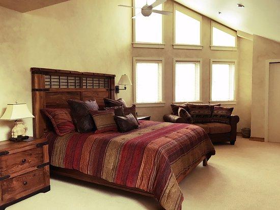 Beaver Creek, Colorado: Master bedroom -- wonderful views and very spacious