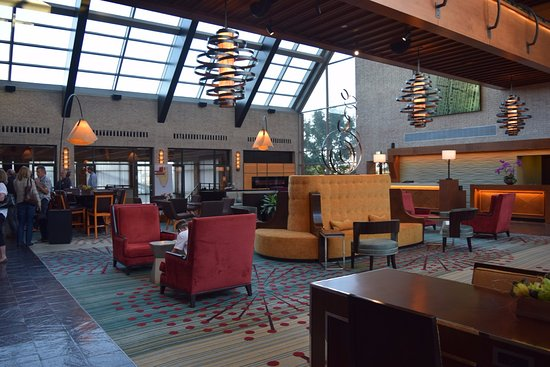 Englewood, CO: Spacious and light-filled lobby