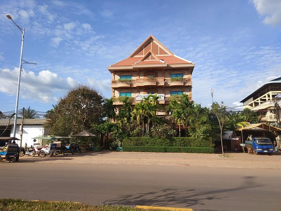 Gloria Angkor Hotel: View of the hotel from the main road.