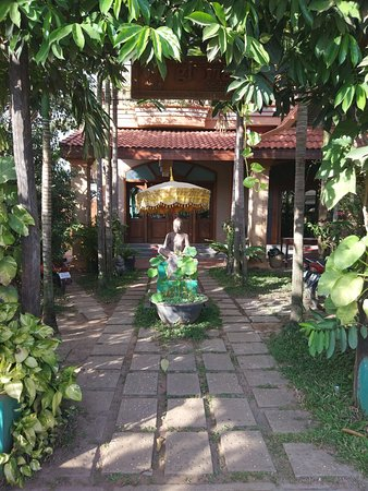 Gloria Angkor Hotel: View of hotel entrance.