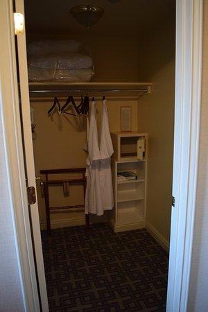 وارويك دنفر هوتل: Huge closet!