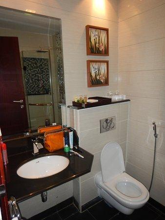 Golden Tulip Al Jubail: Wastafel en toilet