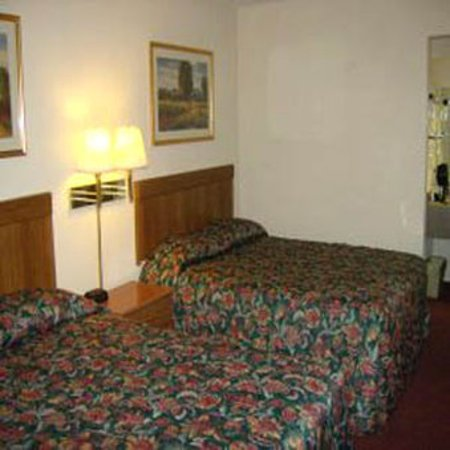 Harrisonville, MO: Guest Room