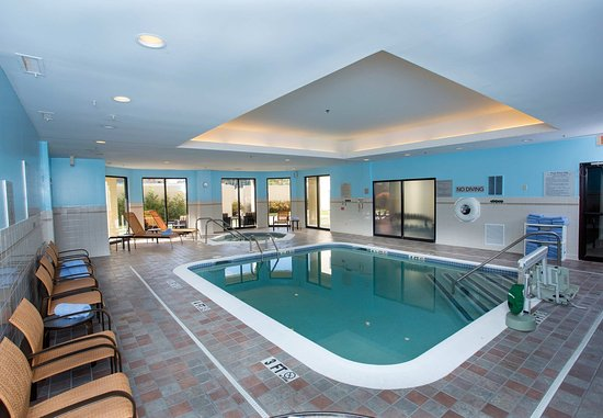 Raynham, MA: Pool and Whirlpool Area