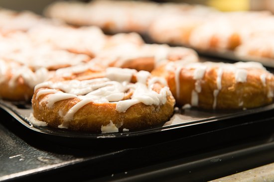 ‪هوليداي إن إسكبير وولتر بورو: Our delicious signature cinnamon buns are served daily‬