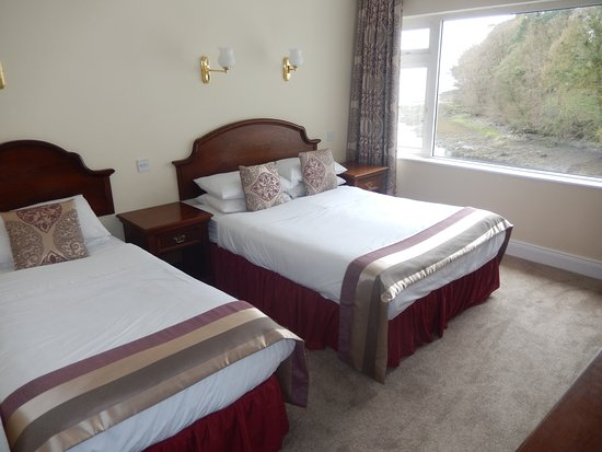 The Central Hotel - Donegal: Twin Room / Bay View