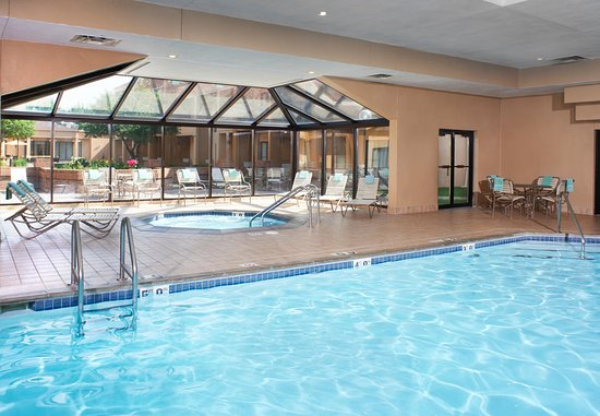 Mendota Heights, MN: Indoor Pool & Hot Tub