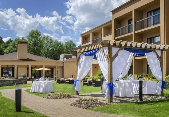Andover, MA: Meetings - Outdoor Social Setup