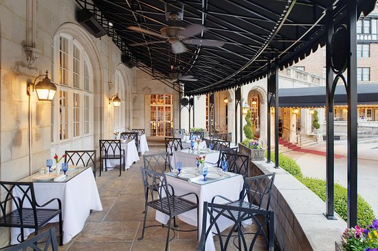 The Hotel Roanoke & Conference Center, Curio Collection by Hilton: Patio Side