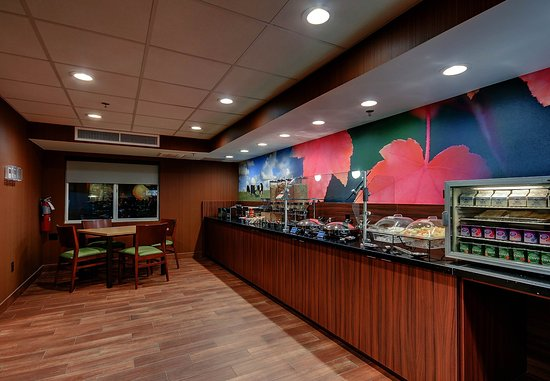 Wallingford, CT: Breakfast Buffet and Seating Area