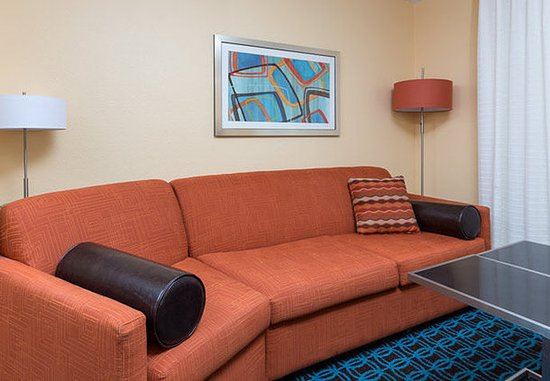 Galesburg, IL: Studio King Suite - Living Area