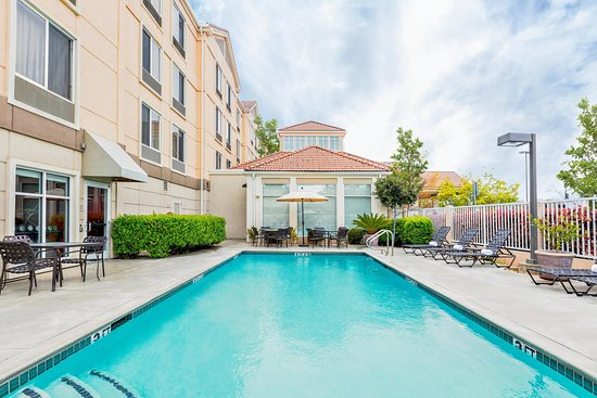 Hilton Garden Inn Folsom : Modern Outdoor Pool