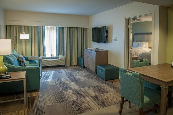 Harahan, Луизиана: Queen Beds Suite Livingroom