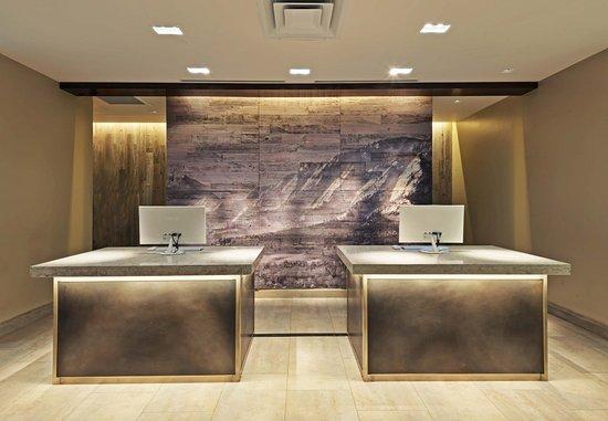 Boulder Marriott: Front Desk