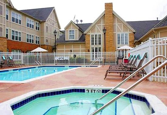 Mentor, OH: Outdoor Pool and Hot Tub